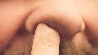 dita nel naso